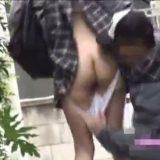 ゲリラパンツ脱がせ動画。道行く女子校生のスカートをめくってパンツをズリ下ろす!