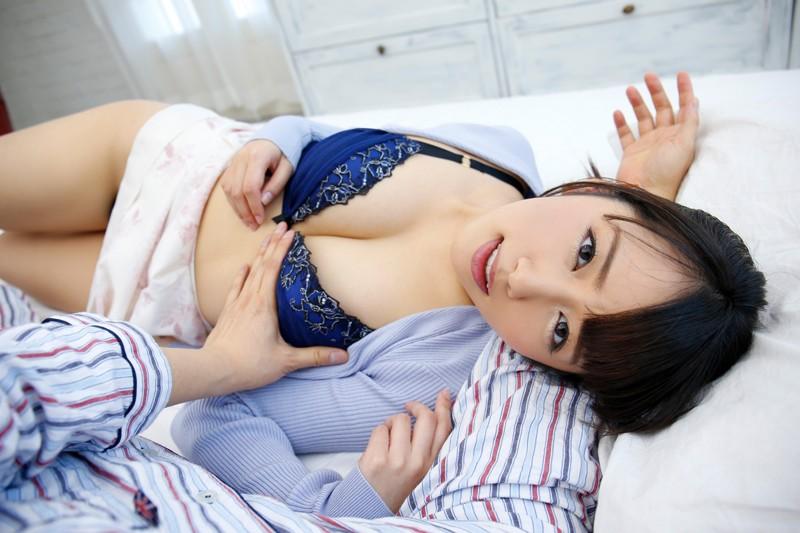 腕枕され胸を揉まれる半裸の美咲かんな