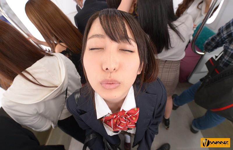 主人公の目の前でキスをせがむ目を閉じた美少女JK(弥生みづき)