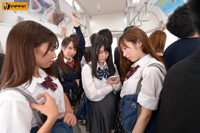満員電車の吊革につかまりながらこちらを見る美少女JK(弥生みづき)