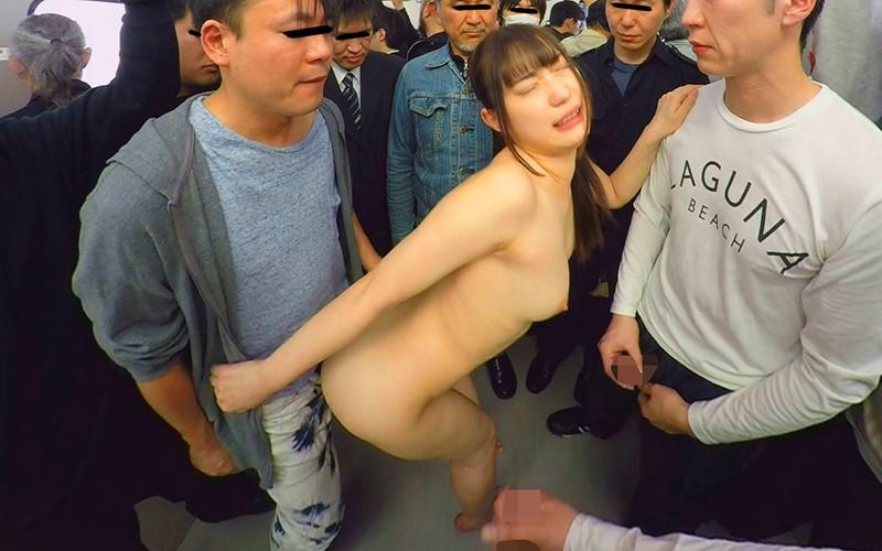 電車で男性陣に取り囲まれ立ちバックで犯される全裸の美谷朱里