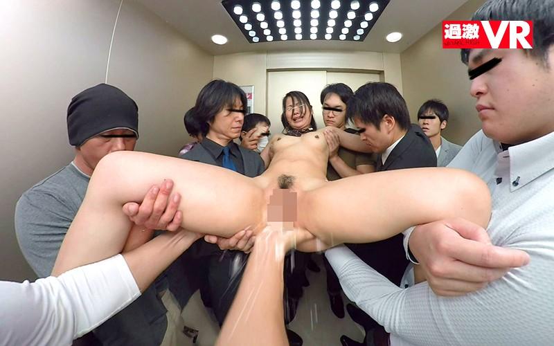エレベーターでエレベーター内で複数名の男性に担ぎ上げられ、主人公に手マンされる全裸の清楚な黒髪JK